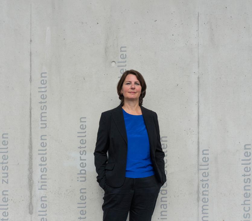 Marion Steinhart vor Betonwand